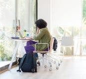 Młody studenta collegu studiowanie z laptopem w uniwersyteckim wyzwoleniu Obraz Stock