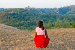 Młody turysta w Tuscany podziwia krajobraz Fotografia Royalty Free