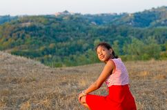 Młody turysta w Tuscany podziwia krajobraz Fotografia Stock