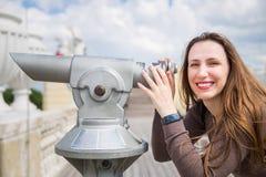 M?ody turystyczny dziewczyny dopatrywania miasto przez teleskopu fotografia stock