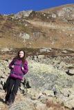 Młody wycieczkowicz kobiety odprowadzenie na górze Obrazy Stock