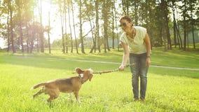 Młodych kobiet sztuki z jego beagle psa przyjacielem zdjęcie wideo