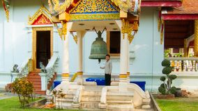 Młodych Tajlandzkich sztuk ceremonialny dzwon przy Wata Chedi Luang Chiang Mai t Zdjęcia Stock