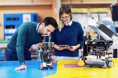 Młodzi atrakcyjni ucznie pracuje na projekcie mechatronics Zdjęcie Stock