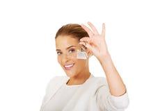 Młodzi bizneswomanu mienia domu klucze Obraz Royalty Free