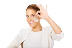 Młodzi bizneswomanu mienia domu klucze Obraz Stock