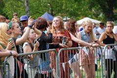 Młodzi festiwali/lów muzyki fan Obrazy Stock