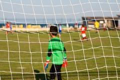 Młodzi gracz futbolu na polu zdjęcie royalty free