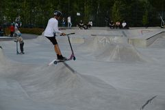 Młodzi kickbikers w Leppävaara Skatepark Espoo, Finlandia obrazy stock