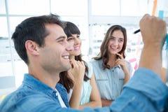 Młodzi kreatywnie ludzie biznesu pisze fotografia redaktora Obraz Royalty Free
