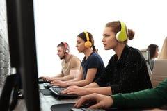M?odzi ludzie bawi? si? gra wideo na komputerach Esports turniej obrazy stock