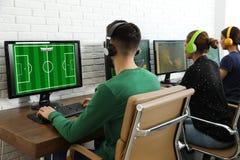 M?odzi ludzie bawi? si? gra wideo na komputerach Esports turniej obraz stock