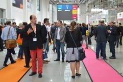 Młodzi ludzie biznesu na niemieckiej wystawie handlowa Obraz Stock