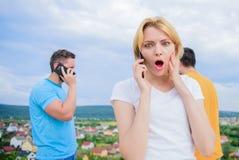 3 m?odzi ludzie na telefonie Przyjaciele i smartphone pi?kni potomstwa fotografia royalty free