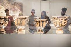Młodzi ludzie odwiedza antycznego kultury muzeum, Hiszpania Zdjęcia Royalty Free