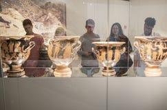 Młodzi ludzie odwiedza antycznego kultury muzeum, Hiszpania Fotografia Royalty Free