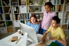 Młodzi Ludzie Pracuje w bibliotece zdjęcie stock