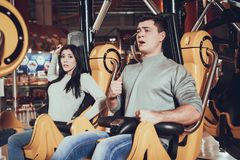 Młodzi ludzie przestraszeni carousel Zdjęcie Stock