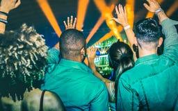 Młodzi ludzie tanczy przy noc klubem - festiwalu wydarzenia otwarcia koncert Zdjęcia Stock
