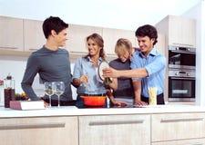 Młodzi ludzie w kuchni Obraz Stock