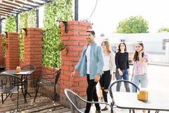 Młodzi przyjaciele Chodzi W restauracji zdjęcie royalty free