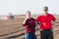 M?odzi rolnicy examing uprawianych pszenicznych pola zdjęcie royalty free