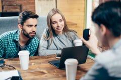Młodzi ucznie dyskutuje w kawiarni Obrazy Stock