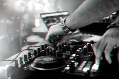 M?os DJ que misturam e que jogam a m?sica em um misturador profissional do controlador imagem de stock royalty free