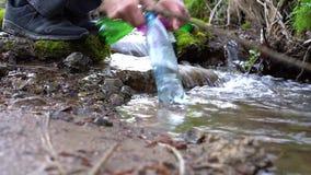 M?os masculinas que pegaram o lixo em The Creek vídeos de arquivo