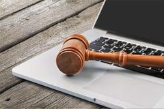 Młoteczek na laptop klawiaturze na drewnianym stole Zdjęcie Stock
