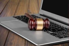 Młoteczek na laptop klawiaturze na drewnianym stole Fotografia Royalty Free