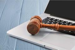 Młoteczek na laptop klawiaturze na drewnianym tle Obrazy Stock