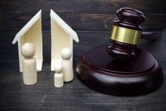 M?oteczek pokazuje rozdzielenie rodzina i dom na ciemnym drewnianym tle zdjęcie stock