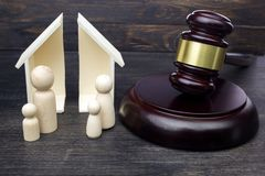 M?oteczek pokazuje rozdzielenie rodzina i dom na ciemnym drewnianym tle fotografia royalty free
