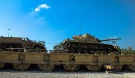 M60 Patton Tank mit Räumschaufel M9 und Fördermaschine des Halbkettenfahrzeugs M3 auf Pontonbrücke Latrun, Israel Lizenzfreie Stockfotos