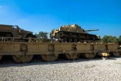 M60 Patton Tank mit Räumschaufel M9 und Fördermaschine des Halbkettenfahrzeugs M3 auf Pontonbrücke Latrun, Israel Lizenzfreies Stockbild