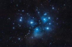 M45 Pleiadesen sju systrar öppnar klungastjärnor och utrymme Arkivfoton