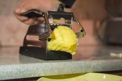M?quina de corte das batatas fritas, cortador manual do cortador da batata O processo de cozinhar batatas fritas fotos de stock