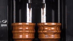 M?quina de madeira dos copos do caf? vídeos de arquivo