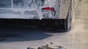 M?quina limpia de Washington del coche, colada de coche con la esponja y manguito La lavadora del coche lava el coche el coche se almacen de metraje de vídeo