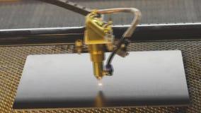 M?quina moderna Grabado en el metal, grabado del laser del CNC metrajes