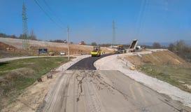 M?quinas de asfaltagem no canteiro de obras pronto para o trabalho na estrada fotografia de stock royalty free