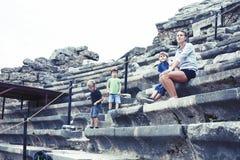 M?re avec peu de fils des vacances visitant le colosseum antique, tourisme d'?t?, concept de personnes de mode de vie photo stock
