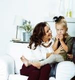 M?re de sourire heureuse avec la petite fille mignonne ? la maison int?rieure, famille moderne de sembler occasionnel vraie, pers image stock