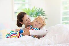 M?re et enfant dans le lit Maman et b?b? ? la maison images libres de droits