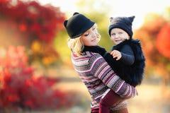 M?re et enfant marchant pour autoguider Leurs vies de famille dans la for?t ils sont un forestier Le parent utilisent ce chemin ? images libres de droits