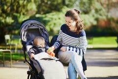 M?re et fille en parc un jour ensoleill? photographie stock