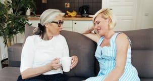 M?re et fille parlant sur le sofa clips vidéos