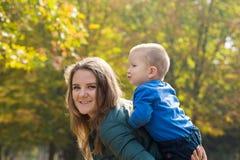 M?re heureuse jouant avec son fils en parc photographie stock libre de droits