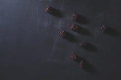 Mûres fraîches sur le tableau noir rayé de craie, vue supérieure Photo libre de droits